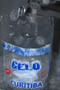 Colocando gelo no pacote